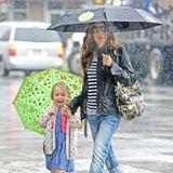 Sarah Jessica Parker und Matthew Broderick bringen die Zwillinge Marion und Tabitha im verregneten New York City zur Schule.