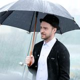Bei einem Fototermin in Moskau will das Wetter nicht so recht mitspielen. Justin Timberlake versucht trotzdem zu lächeln.