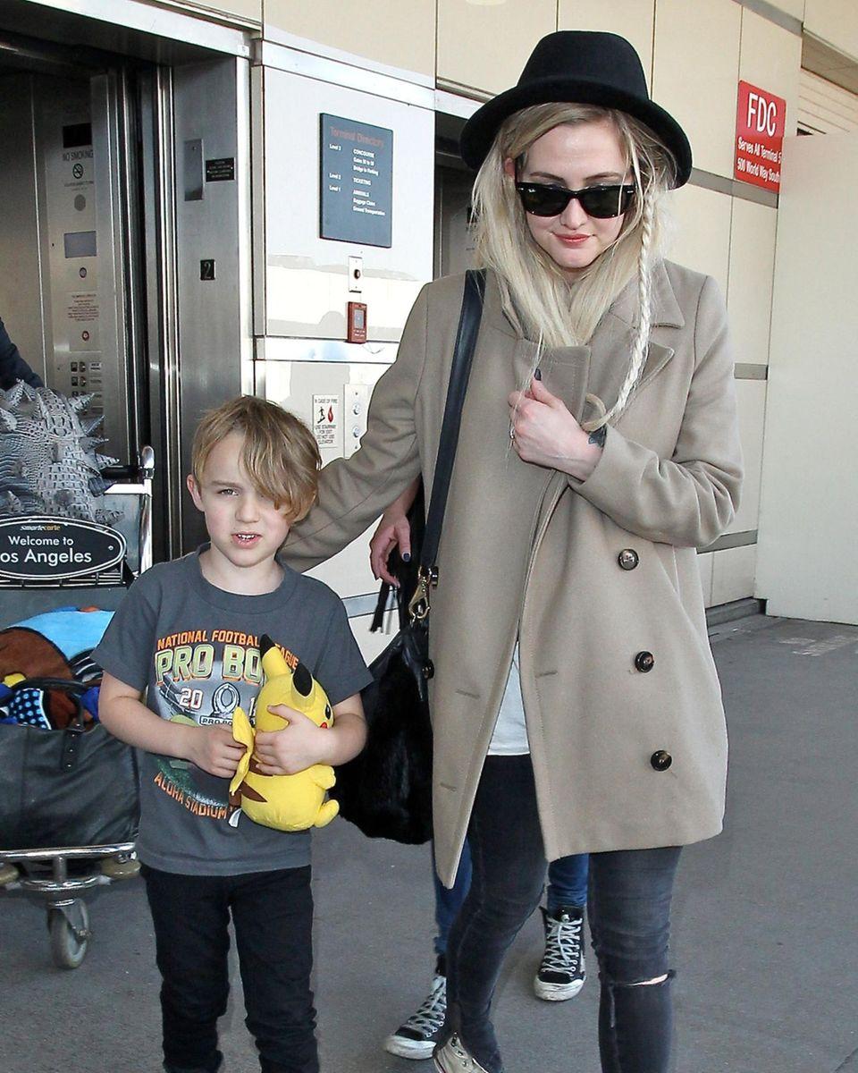 Ashlee Simpson landet mit ihrem Sohn Bronx in Los Angeles.