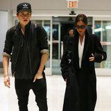 Victoria Beckham und ihr Sohn Brooklyn eilen zu ihrem Flieger am New Yorker Flughafen.