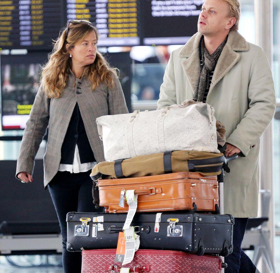 Die schwangere Jade Jagger und ihr Mann Adrian Fillary fliegen von London Heathrow Richtung Los Angeles um Mick Jagger beizustehen und an der Beerdigung dessen Lebensgefährtin L'Wren Scott teilzunehmen.