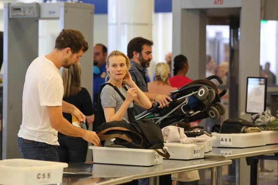 Wie ganz normale Pasagiere müssen auch Diane Kruger und Joshua Jackson durch die Sicherheitskontrolle am Flughafen von Los Angeles.