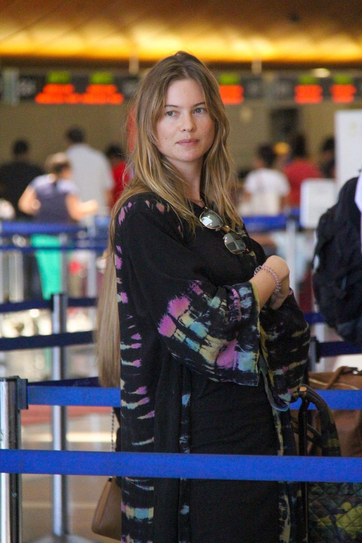 In Gedanken versunken wartet Behati Prinsloo in der Schlange am Flughafen in Los Angeles.