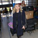 Chloë Grace Moritz lässt ihren Bruder Trevor das gesamte Gepäck über den Los Angeles International Airport schieben.