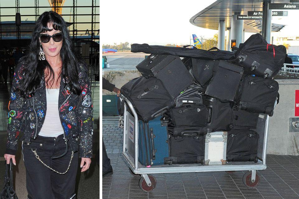 Cher hat eine Menge Koffer im Gepäck als sie am Flughafen von Los Angeles landet.