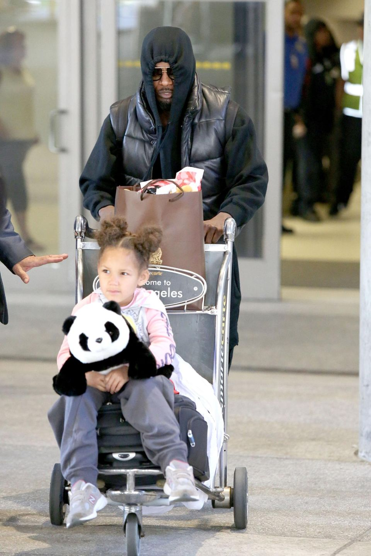 Jamie Foxx möchte bei seiner Ankunft mit Tochter Annalise am Flughafen von Los Angeles am liebsten unerkannt bleiben, was ihm allerdings nicht besonders gut gelingt.