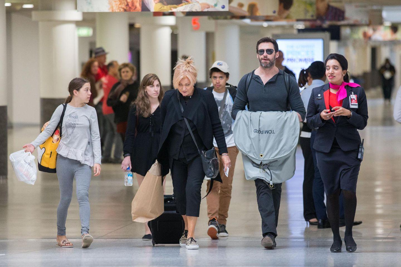 Hugh Jackman verlässt mit seiner Frau Deborra und den beiden Kindern Oscar und Ava den Flughafen von Melbourne.