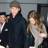Müde aber glücklich: Eddie Redmayne und seine Frau sind gerade in London Heathrow gelandet, nach einem ereignisreichen Wochenende in Los Angeles und mit einem Oscar reicher im Gepäck.