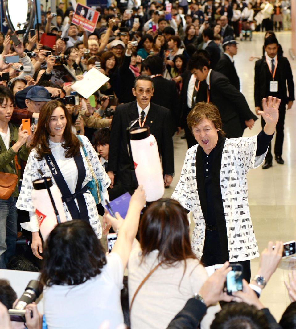 Paul McCartney und seine Frau Nancy Shevell werden von vielen Fans in Tokio empfangen.