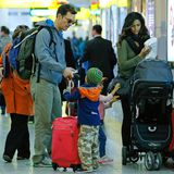 18. Dezember 2013  Familie Alves-McConaughey ist auf dem Weg zum Flugzeug am New Yorker Flughafen La Guardia.