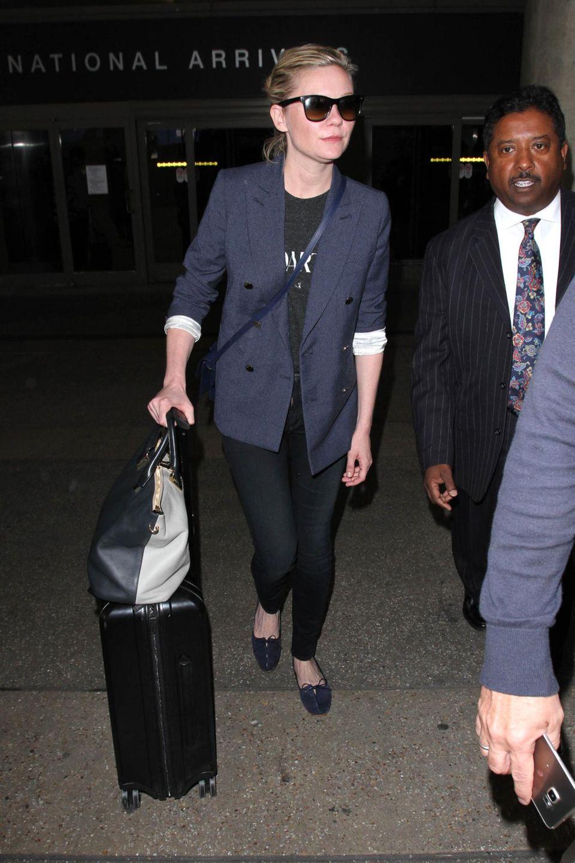 Kirsten Dunst schiebt ihren Koffer bei ihrer Ankuft in Los Angeles selbst.