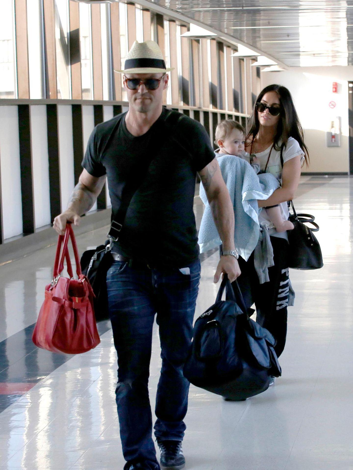 Am Flughafen von Los Angeles sind Brian Austin Green und Megan Fox mit ihrem kleinen Sohn auf dem Weg zum Flieger.