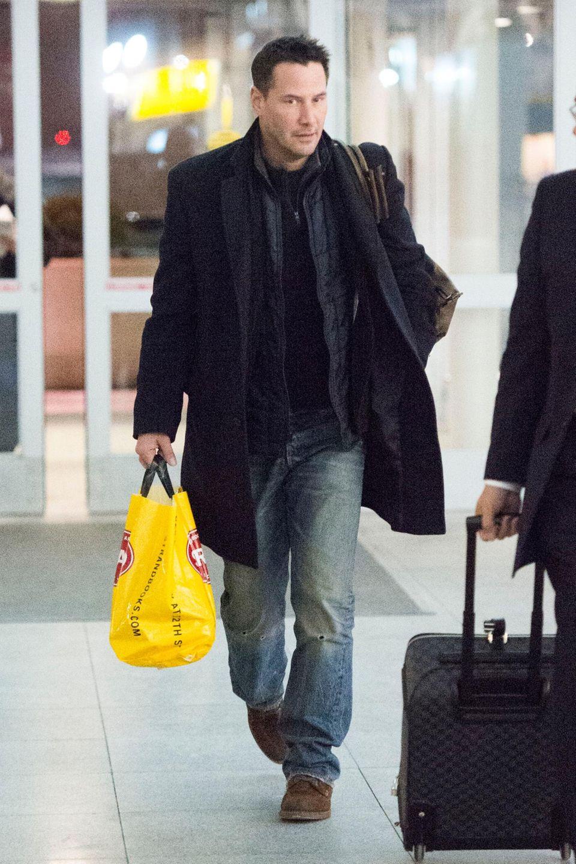 New York, ein Mann mit einer gelben Dufty Free-Tüte eilt schnellen Schrittes zum Ausgang. Es ist Keanu Reeves.