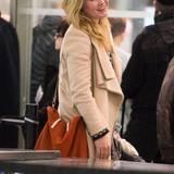 Ungeschminkt und etwas übermüdet sieht Julia Stiles aus, aber ein strahlendes Lächeln hat sie trotzdem für ihre Fans.