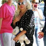 Dieser Teddy ist auf dem Rückflug aus Belgrad Lady Gagas Reisebegleiter.