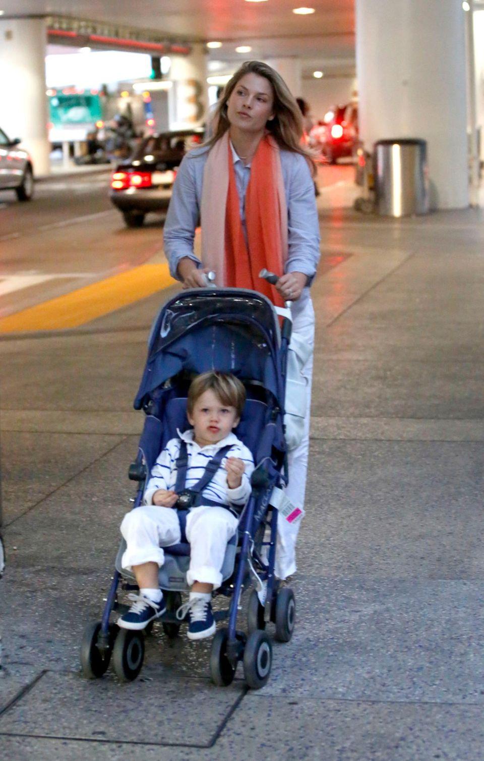 Frisch und erholt vom Mexiko-Urlaub kommt Ali Larter mit Sohn Theodore am Flughafen in Los Angeles an.