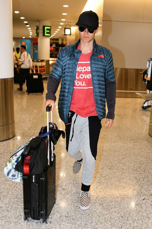 Getarnt mit Cappy und Sonnenbrille möchte Jared Leto am Flughafen von Toronto nicht erkannt werden.