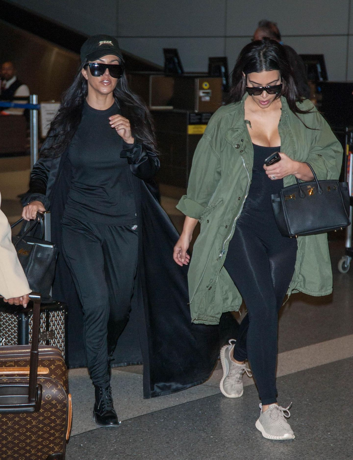 Kourtney und Kim Kardashian kommen zurück aus London und werden gleich von den Paparazzi in Los Angeles abgeschossen.