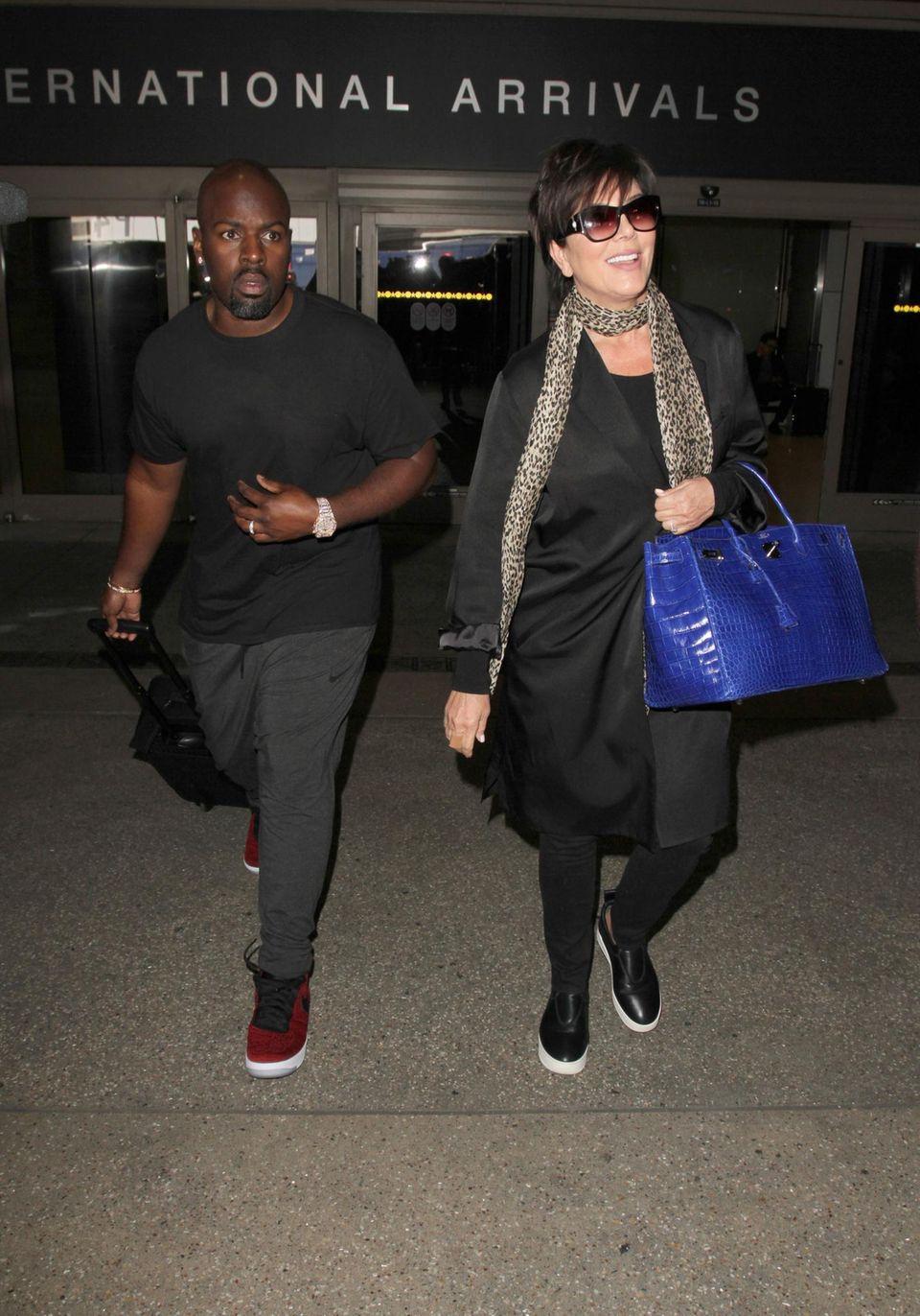 Kris Jenner und ihr Toyboy Corey Gamble machen sich auf dem Weg zu einer Limousine, die auf das Paar am LAX Airport wartet.