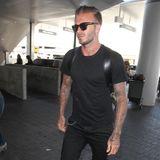 Trotz Mode-Ikone: David Beckham mags gemütlich im Flieger und trägt lieber Schlappen.