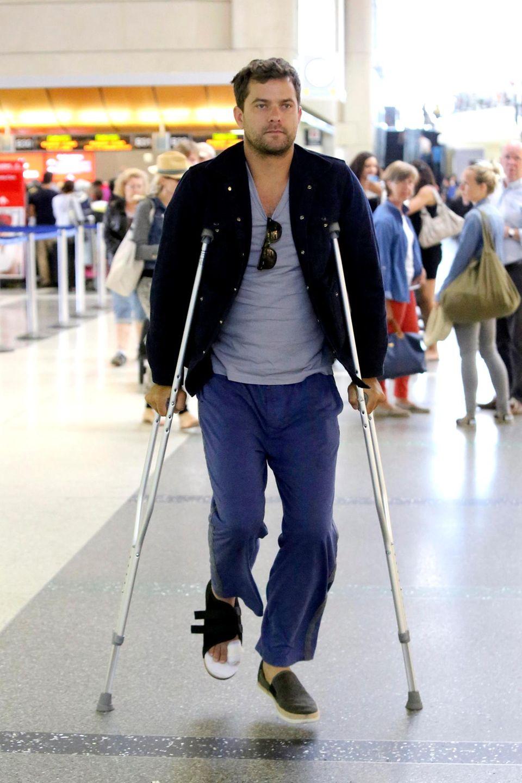 Joshua Jackson humpelt über den Flughafen von Los Angeles.