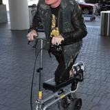 Einen echten Rockstar hält auch kein Knochenbruch vom Reisen ab. Axl Rose, der Frontmann von Guns N'Roses und neuerdings auch Sänger von AC/DC, weiß sich zu helfen, um weiterhin mobil zu bleiben, er benutzt einfach einen Roller und macht dabei sogar eine gute Figur.