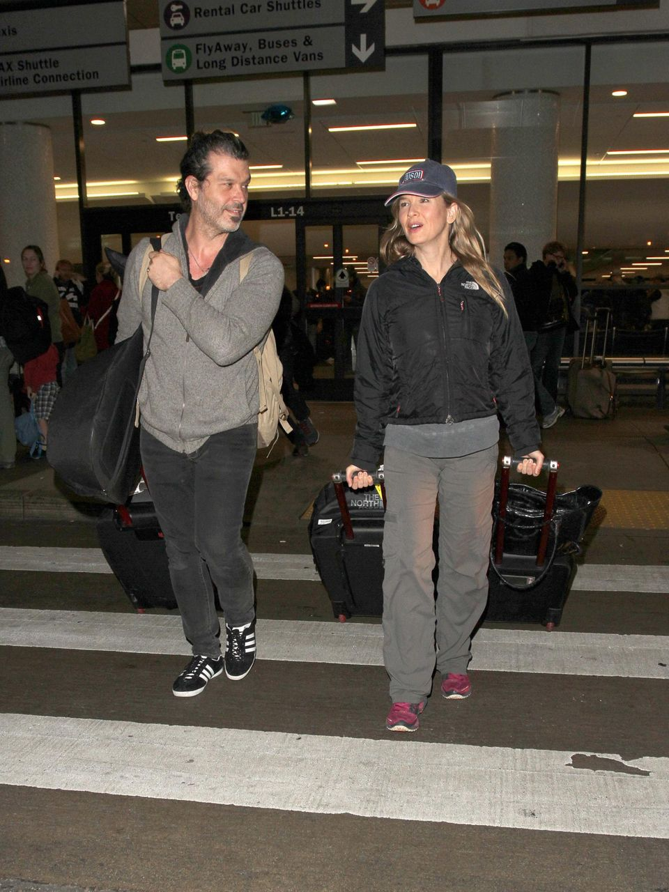 """Vielleicht sieht Renée Zellweger am Flughafen so entspannt aus, weil die Dreharbeiten zu """"Bridget Jones' Baby"""" in London abgeschlossen sind. Mit ihrem Freund Doyle Bramhall II kommt sie in Los Angeles an."""