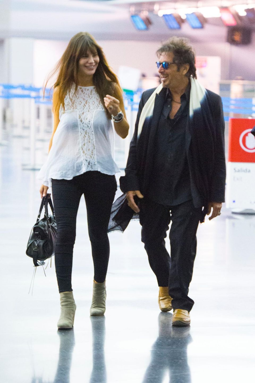Al Pacino macht sich mit seiner Freundin Lucila Sola auf den Weg von New York nach Europa.