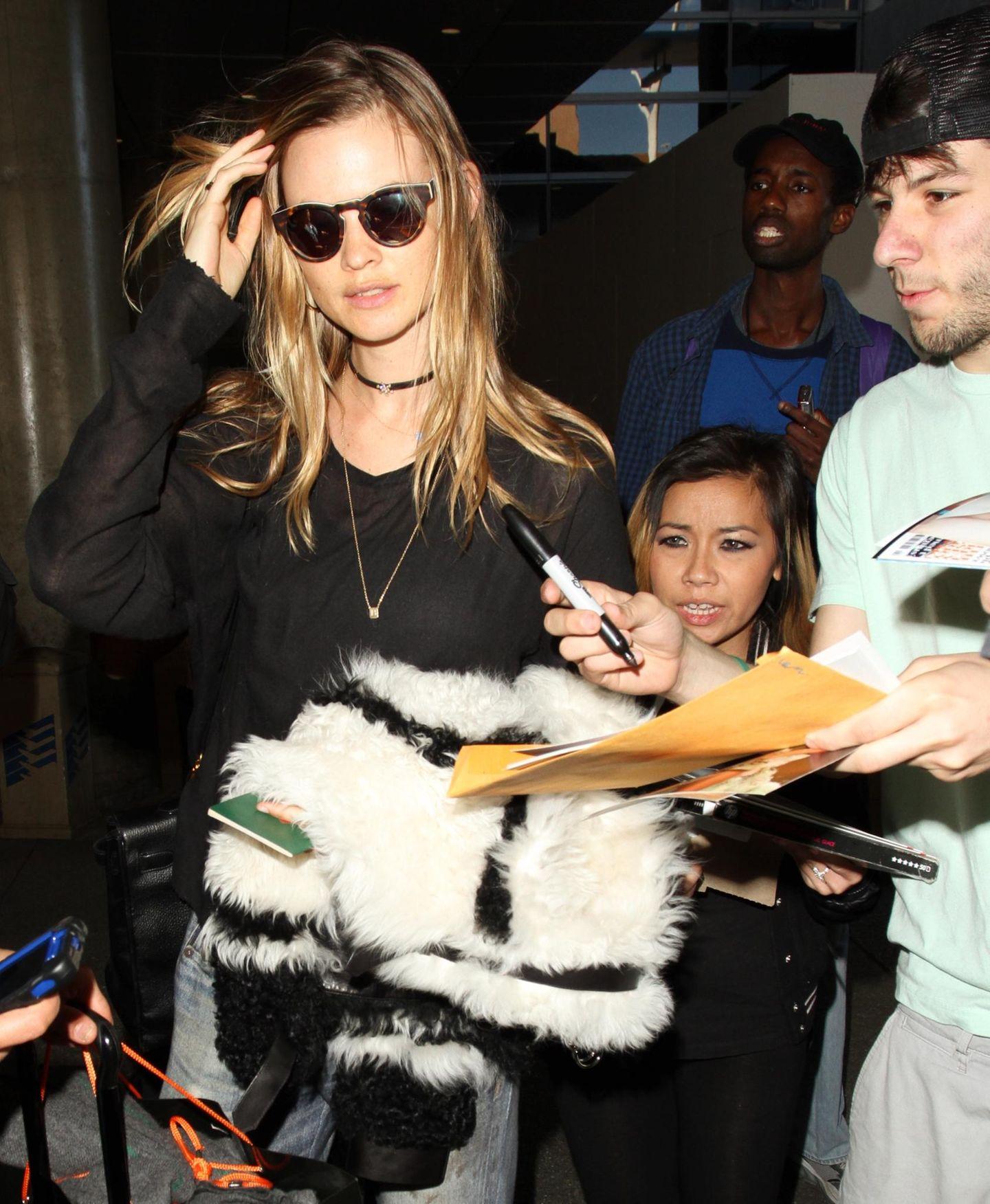 Der Victoria's Secret-Engel Behati Prinsloo sieht bei der Ankunft in Los Angeles etwas gestresst aus. Zahlreiche Fans bitten sie um eine Autogramm.