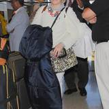 Auch Lena Dunham muss geduldig am Check-in warten, bevor sie nach New York fliegen kann.
