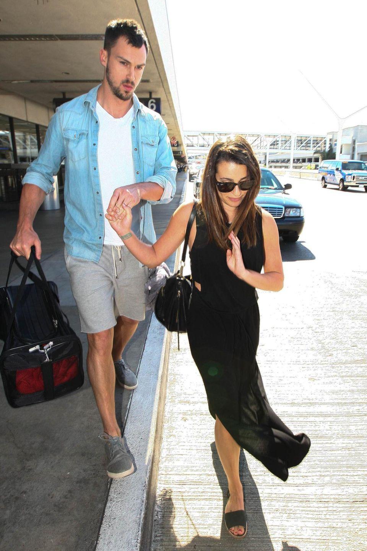 Lea Michele ist mit ihrem Freund Matthew Paetz am Flughafen in Los Angeles unterwegs.