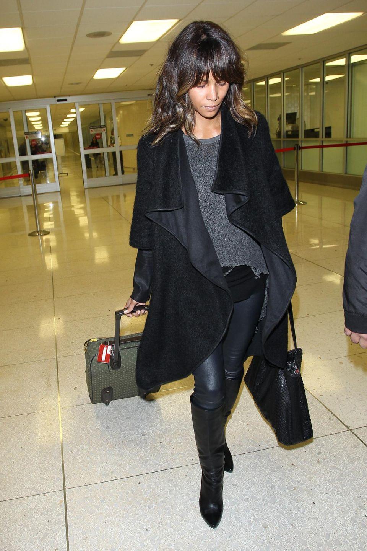 Halle Berry kommt völlig ungeschminkt am LAX Airport an.