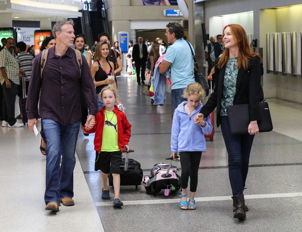 """Marcia Cross ist mit ihrem Mann Tom Mahoney und den Zwillingstöchtern Savannah und Eden am """"Lax""""-Flughafen unterwegs. Die Familie ist auf dem Weg nach Frankfurt."""