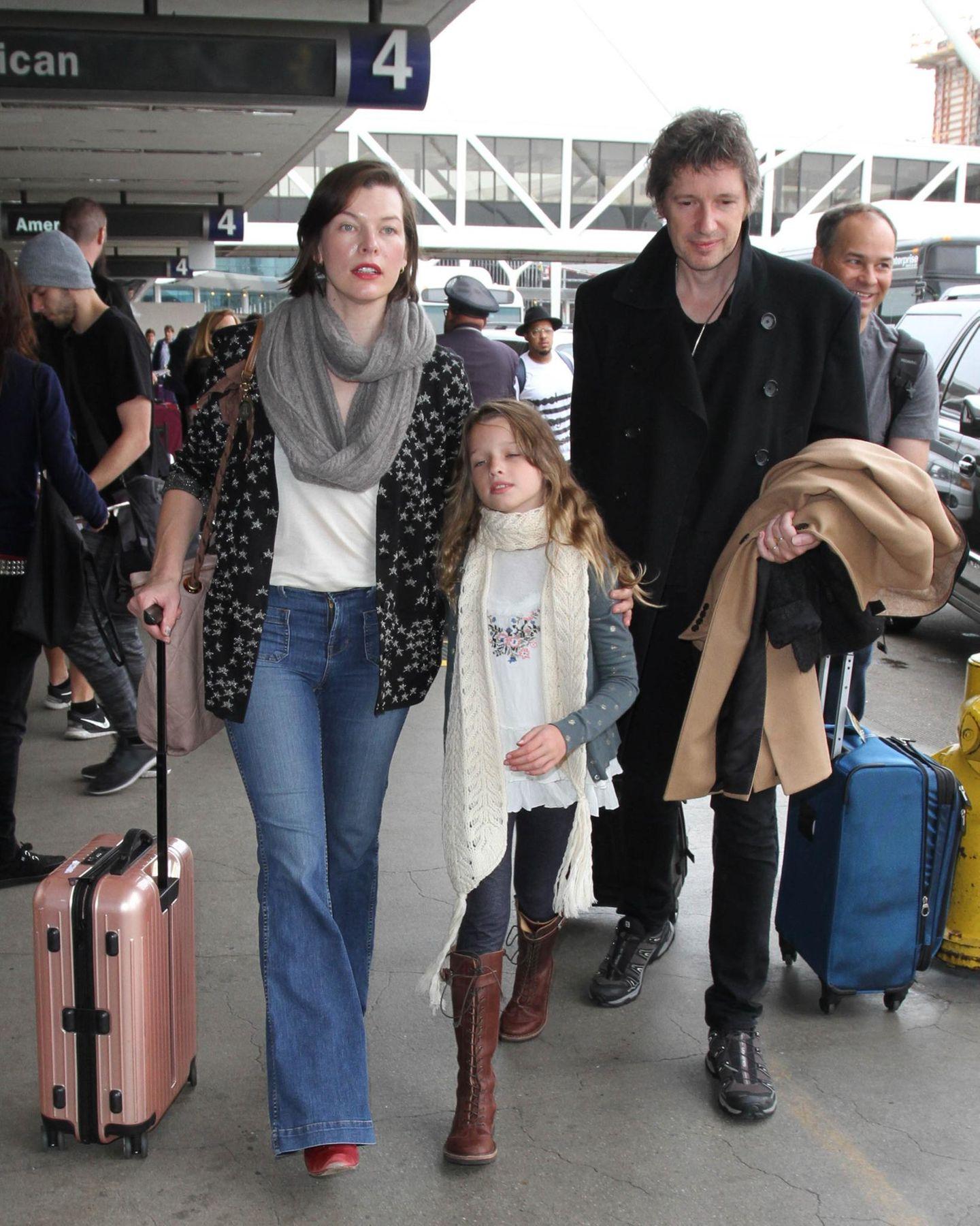 Milla Jovovoich ist mit ihrer Familie am Flughafen von Los Angeles angekommen.