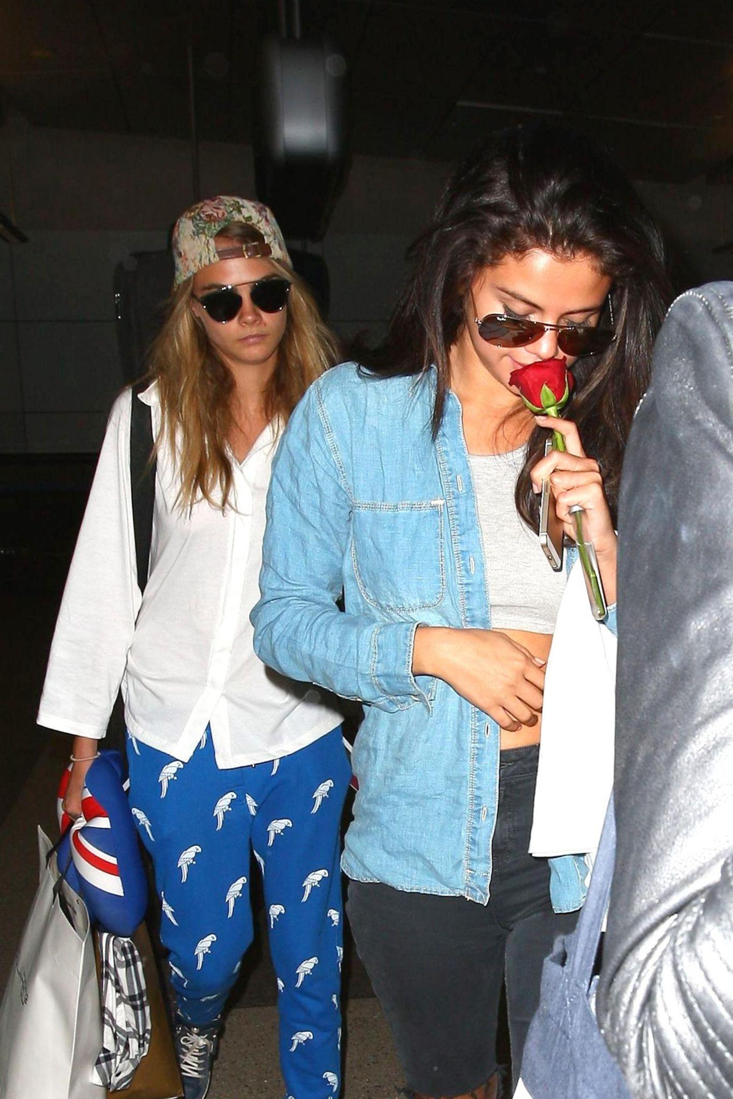Cara Delevingne und Selena Gomez kommen nach ihrem gemeinsamen Frankreich-Urlaub wieder in Los Angeles an.