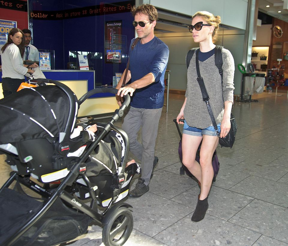 Stephen Moyer und Anna Paquin sind am Flughafen London-Heathrow mit ihren Zwillingen auf dem Weg zum Flieger.