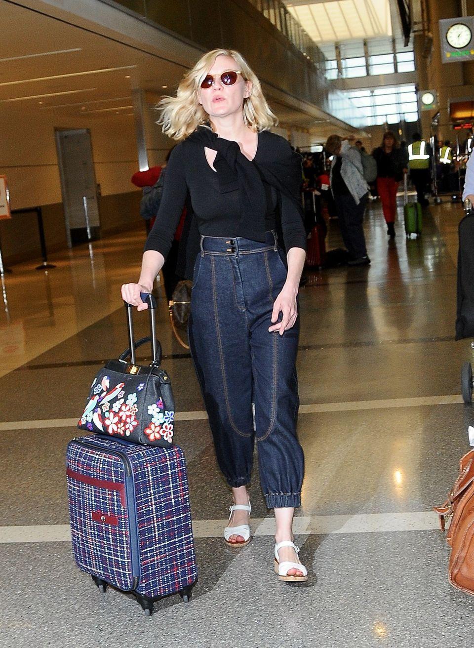 Frau von Welt: Reisetauglich aber trotzdem schick gekleidet, kommt Kirsten Dunst in Los Angeles an.