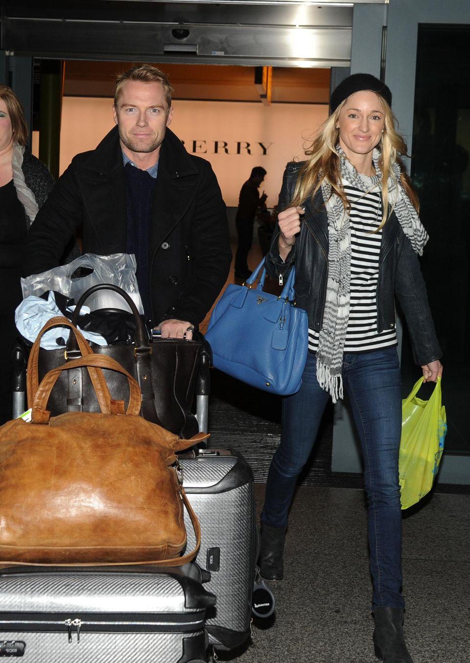 Ronan Keating und Storm Uechtritz kommen am Flughafen in London Heathrow an.