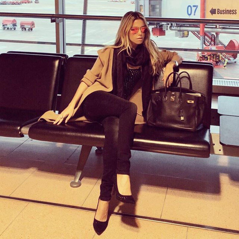 So sieht Sylvie Meis also aus wenn sie aufgeregt ist. Sie freut sich auf ihre Arbeit in Holland und wartet auf ihren Flieger nach Amsterdam.