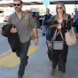 LeAnn Rimes kommt mit ihrem Mann Eddie Cibrian und reichlich Gepäck in Los Angeles an. Ein Plüsch-Elch-Geweih ist auch dabei.