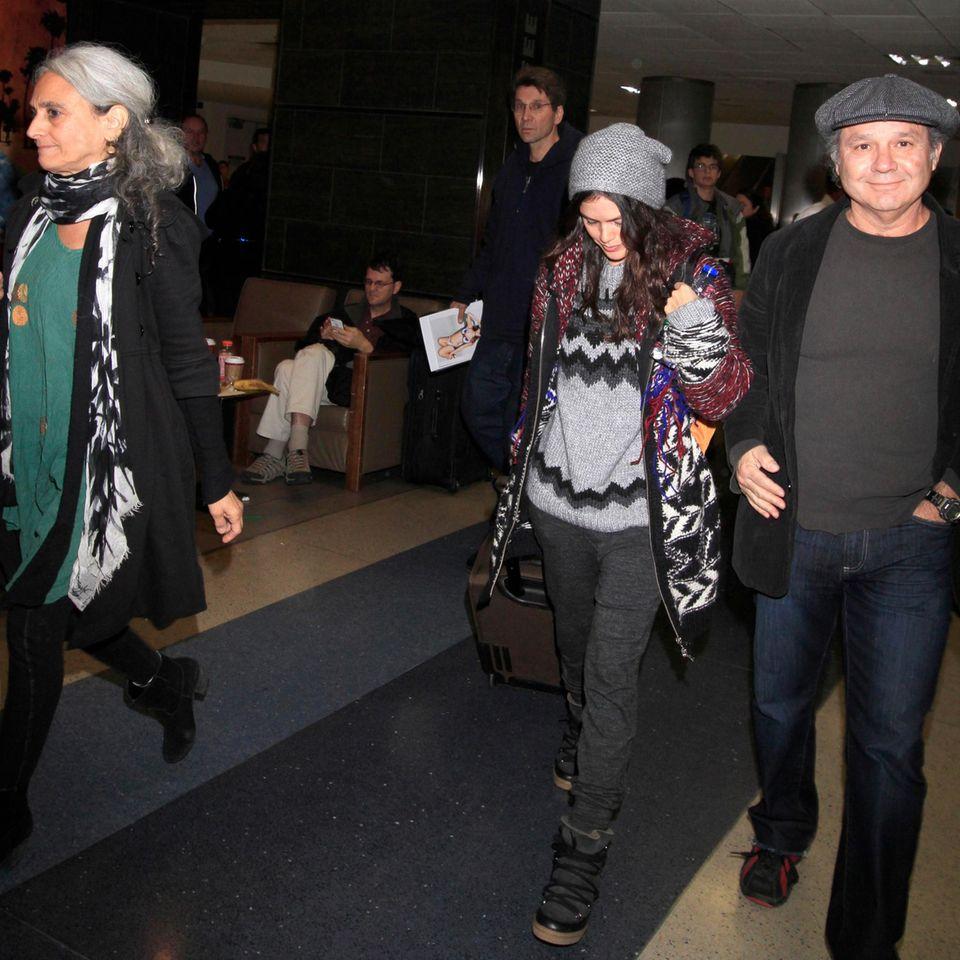 Rachel Bilson wird von ihren Eltern am Flughafen von Los Angeles abgeholt.