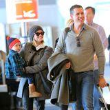"""Reese Witherspoon trägt Söhnchen Tennessee auf dem Arm. Zusammen mit Ehemann Jim Toth sind die beiden in New York City am """"JFK airport"""" gelandet."""