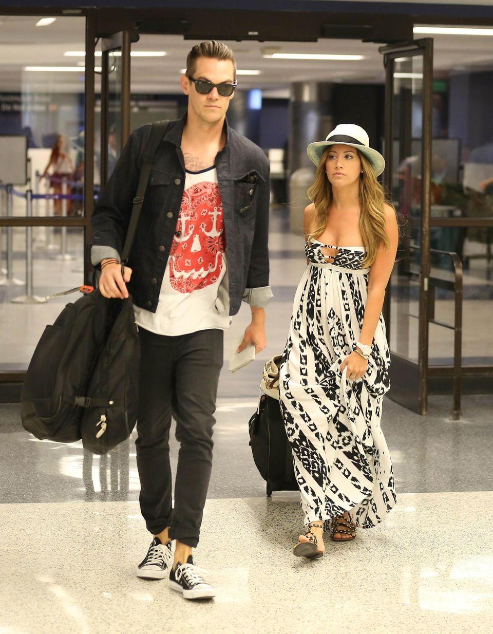 Ashley Tisdale und ihr Freund Christopher French sind im Flughafengebäude in Los Angeles unterwegs.
