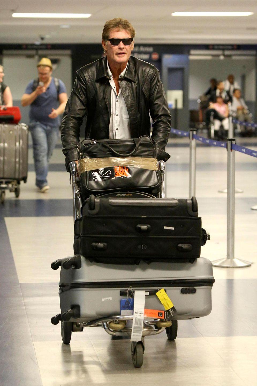 Nach seinem Flug von Berlin nach Los Angeles schiebt David Hasselhoff sein Gepäck über den Flughafen.
