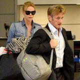 Etwas angeschlagen von der langen Reise aus Südafrika, sind Charlize Theron und Sean Penn endlich in Los Angeles angekommen.