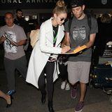 Gigi Hadid kommt sichtlich übermüdet am Flughafen LAX an, was sie jedoch nicht davon abhält ihren Fans noch ein paar Autogramme zu geben.