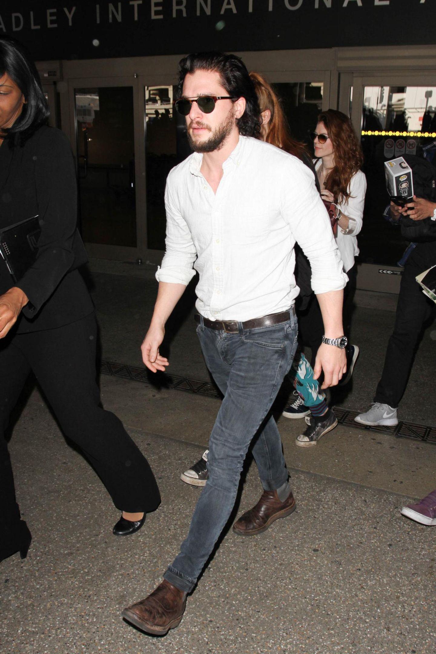 """Der """"Game of Thrones""""- Star Kit Harington kommt in Hemd und Jeans und bequemen Schuhwerk am Flughafen in Los Angeles an."""