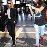 Verfolgt auf Schritt und Tritt: Rosie Huntington-Whiteley nimmt es gelassen, als sie am Flughafen von Los Angeles ankommt.