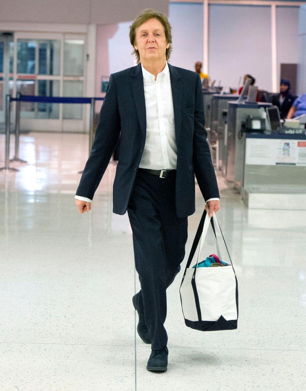 Paul McCartney schlendert über den New Yorker Flughafen JFK.
