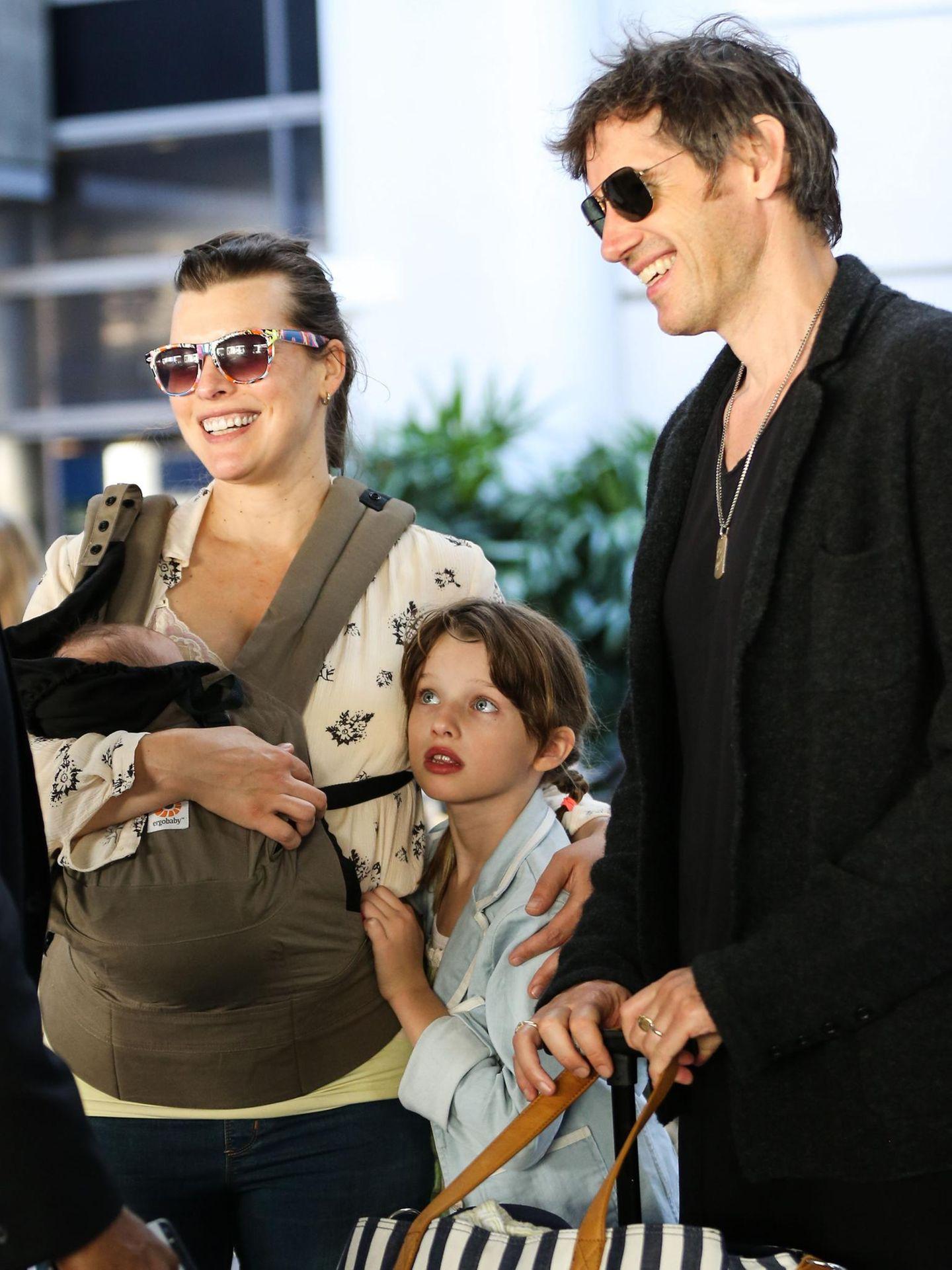 19. Juni 2015: Milla Jovovich ist mit ihrer ganzen Familie am Flughafen in Los Angeles. Wohin die Reise geht ist nicht bekannt.